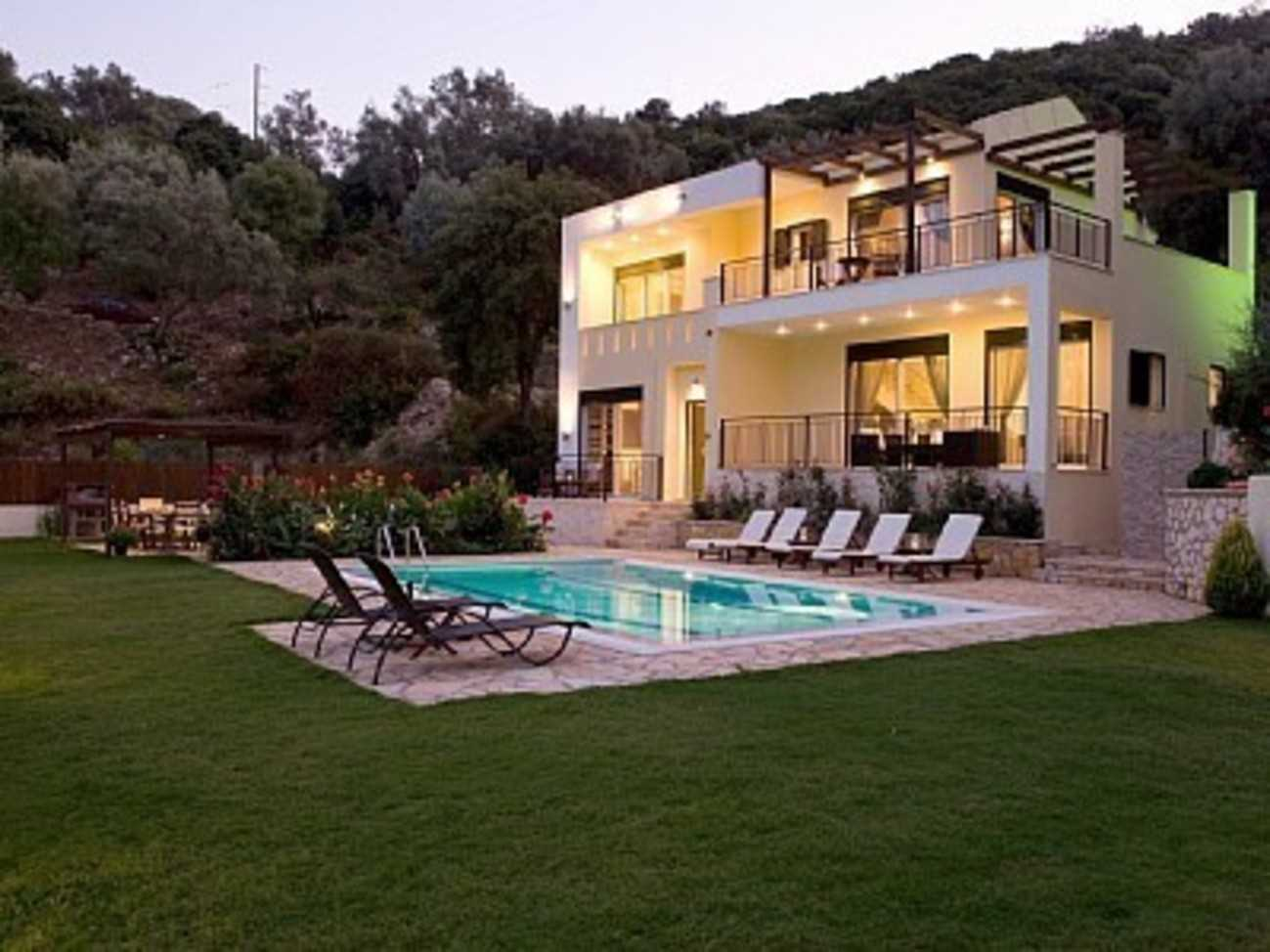 Elegant villa with beautiful views and private pool 100 m from the beach