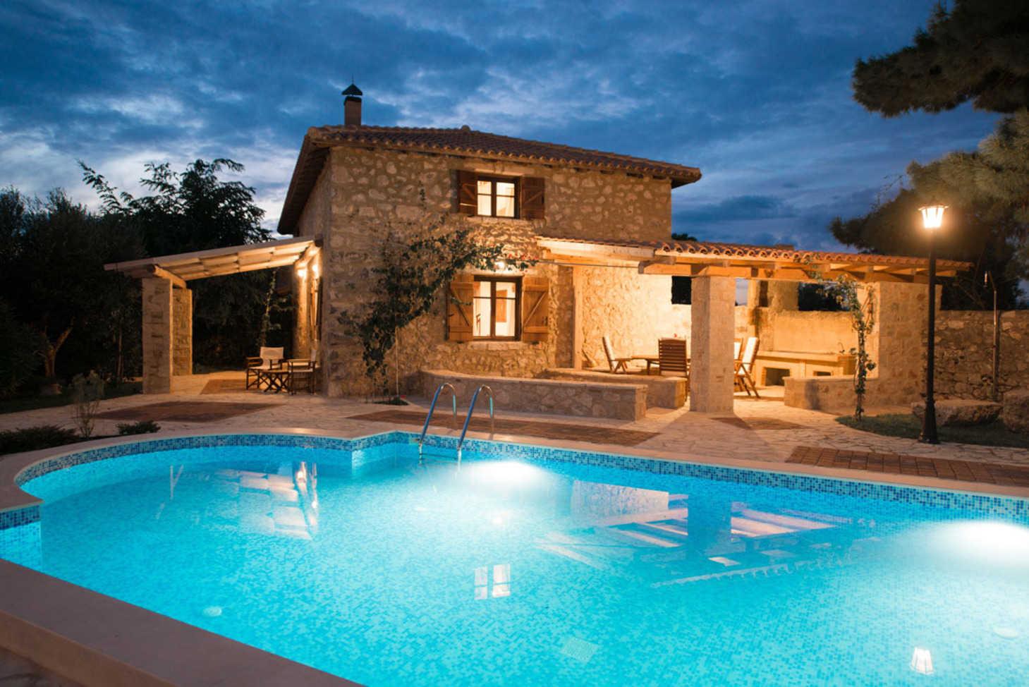 Villa di lusso con piscina privata e vista sul mare for Foto case con giardino